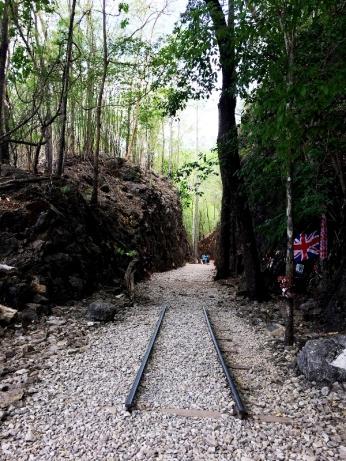 Một phần đường ray còn sót lại. Gia đình của những tù nhân người Anh cũng đến đây, treo cờ, di ảnh, và các cây thánh giá nho nhỏ trên vách đá